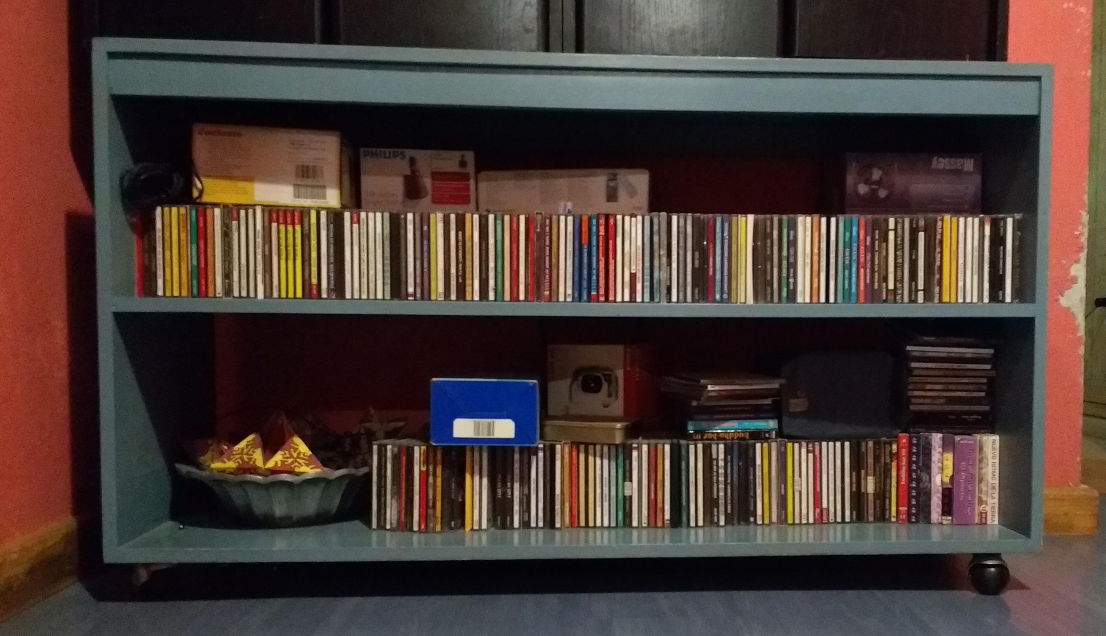 Foto de discos en un mueble