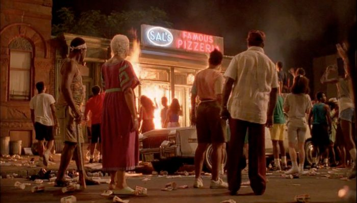 La pizzeria de sal ardiendo en llamas frente a un grupo de personas
