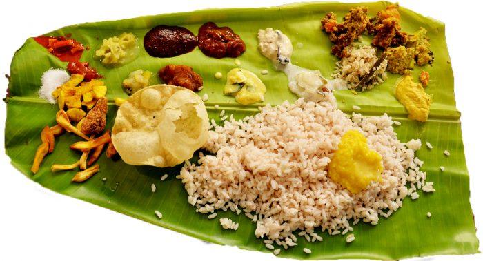 multiples salsas, panes, chiles, y arroz en una hoja de palmera