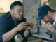 chef coreano david chang comiendo pollo frito con otro chef