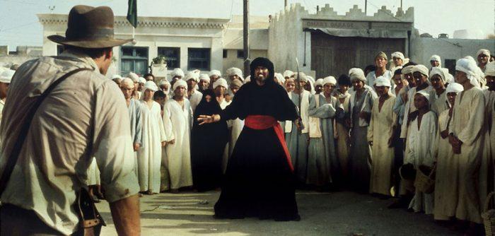 Indiana jones con su sombrero luchando contra unos árabes
